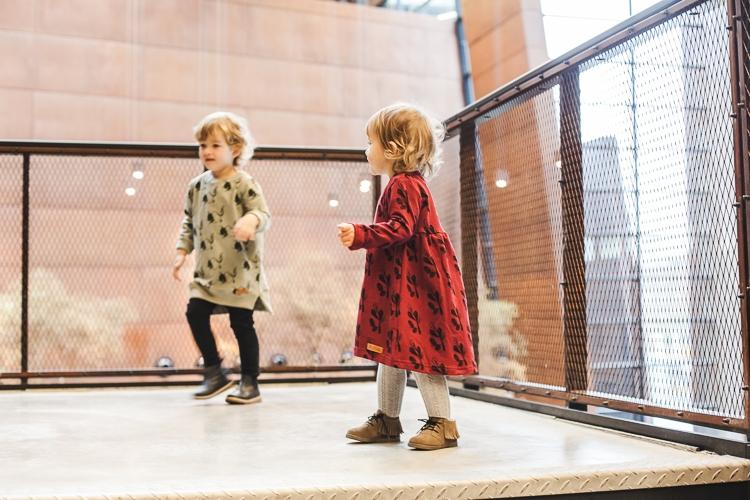 dzieci bawiące się na schodach